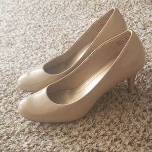 Nuede patent leather pumps